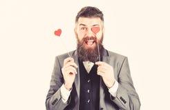 Hipster draagt slimme kostuum en vlinderdas Rijpe mens met lange baard en vrolijk gezicht De gebaarde mens glimlacht en houdt roo royalty-vrije stock fotografie