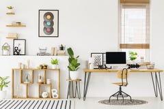 Hipster, het witte binnenland van het huisbureau met natuurlijke, houten furnitu stock foto