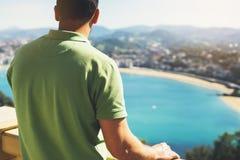 Hipster jonge mens die op observatiedek kijken in reisvakantie in San Sebastian royalty-vrije stock foto
