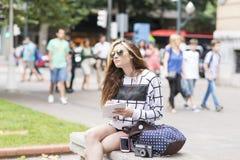 Hipster jonge vrouw die en nota's in stret reizen nemen Stock Afbeeldingen