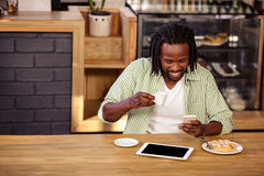 Hipster man using smartphone Royalty Free Stock Photography