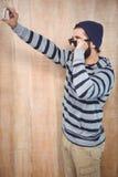 Hipster med att ta selfie, medan rymma sunnglasses Royaltyfria Foton