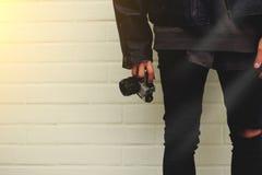 Hipster med fotokameran i hand Royaltyfri Bild