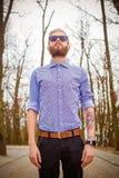Hipster med tatueringar royaltyfri foto