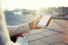 hipster meisje die mobiele telefoon met behulp van terwijl het rusten in openlucht tijdens vrije tijd Royalty-vrije Stock Afbeeldingen
