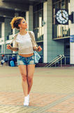 In Hipster-Meisje op Stedelijke Achtergrond Stock Fotografie