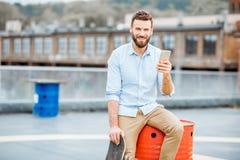 Hipster met smartphone op het dak royalty-vrije stock foto's