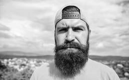 Περιστασιακός κομψός Δροσίστε hipster Γενειοφόρο άτομο στη μόδα hipster ΚΑΠ υπαίθρια Βάναυσο άτομο με τη μακριά γενειάδα και must στοκ φωτογραφίες με δικαίωμα ελεύθερης χρήσης