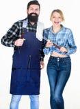 Hipster och flicka för man skäggig Förberedelse och kulinariskt helg för fader för cykelbarnfamilj Koppla ihop förälskad hållköks royaltyfri foto