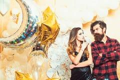 Hipster och kvinna p? nytt ?r eller xmas-helgdagsafton Sinnlig kvinna och sk?ggig man med partiballonger, jul f?rbunden f?r?lskel arkivfoto