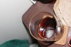 Hipster overgebelicht glas whisky op ijs stock fotografie
