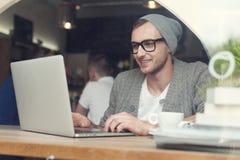Hipster på kafét Arkivbilder