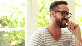 Hipster som använder datoren och att ringa stock video