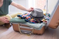Hipster som packar hans material arkivbilder
