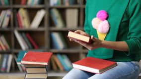 Hipster vrouwelijke student studiyng hard in bibliotheek stock videobeelden