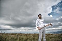Hipster in zonnebril met bijltribune op berglandschap stock fotografie
