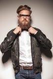 Hipsteraffärsman som fixar hans bowtie royaltyfri foto