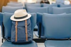 Hipsterblått vandrar med hatten på plats i inre av flygplatsterminalen arkivbild