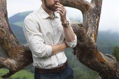 Hipsterbrudgum överst av berget Arkivbild