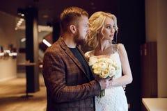 Hipsterbruidegom en de bruid, de liefde en de loyaliteit Paar in liefdeomhelzingen en kussen op hun huwelijksdag Het ideale paar  stock foto's