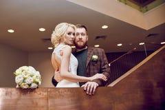 Hipsterbruidegom en de bruid, de liefde en de loyaliteit Paar in liefdeomhelzingen en kussen op hun huwelijksdag Het ideale paar  royalty-vrije stock fotografie