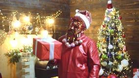 Hipsteren moderna Santa Claus ?nskar glad jul Uttryck och folkbegrepp - man med den roliga framsidan över jul lager videofilmer