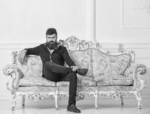 Hipsteren på strikt framsida sitter bara Rikt och ensamt begrepp Mannen med skägget och mustaschen spenderar fritid i lyxig uppeh royaltyfri fotografi