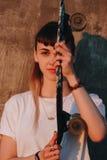 Hipsterflicka med skridskobrädet Fotografering för Bildbyråer