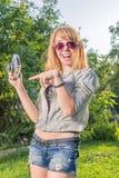 Hipsterflicka med tappningkameran Royaltyfria Foton