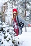 Hipsterflicka och träd i vinter royaltyfri foto