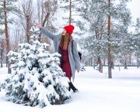 Hipsterflicka och träd i vinter arkivbild