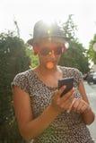 Hipsterflicka som använder den smarta telefonen Arkivbilder