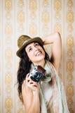 Hipsterflicka som tar fotoet med tappningkameran royaltyfria foton