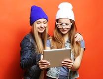 Hipsterflickavänner som tar selfie med den digitala minnestavlan, studio Royaltyfria Foton