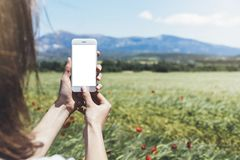 Hipsterfotografi på den digitala smarta telefonen eller teknologi som är falska upp av den tomma skärmen Flickan som använder mob arkivfoton