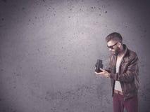 Hipstergrabb med det tappningkameran och skägget Arkivfoton