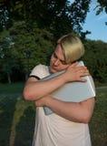 Hipstergrabben som kramar hans bärbar dator i sommar, parkerar royaltyfri foto