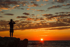 Hipstergrabben som tar bilder av det fantastiska landskapet på mobil, ilar telefonen Royaltyfri Fotografi