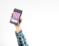 Hipsterhand i uppladdare för batteri för håll för plädskjorta royaltyfria foton