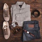 Hipsterkläder och tillbehör på en träbakgrund Royaltyfri Fotografi