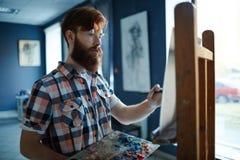 Hipsterkunstenaar Painting Oil Pictures in Studio royalty-vrije stock foto
