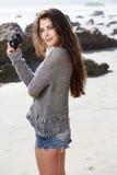 Hipsterkvinna som tar foto arkivfoton