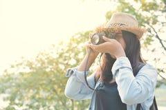 Hipsterkvinnalopp i natur Fotografering för Bildbyråer