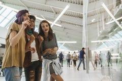 Hipsterkvinnlig i shoppinggalleria arkivfoto