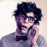 Hipsterlevande död som talar på telefonen, med en retro effekt Arkivfoto