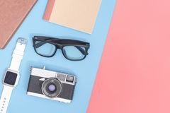 Hipsterloppobjekt på blått rosa gult kopieringsutrymme för affisch och baner arkivfoto