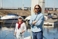 Hipsterman på yachtstationen royaltyfria foton