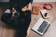 Hipsterman som använder den smarta telefonen royaltyfri fotografi