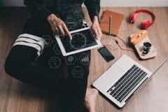 Hipsterman som använder minnestavlan fotografering för bildbyråer