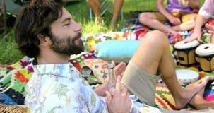 Hipsterman som dricker och tycker om lager videofilmer